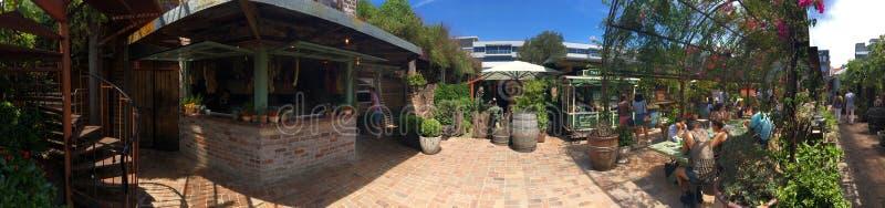 Σπειροειδή σκαλοπάτια, κατάστημα καφέδων και να δειπνήσει περιοχή στους λόγους της Αλεξάνδρειας στοκ εικόνες