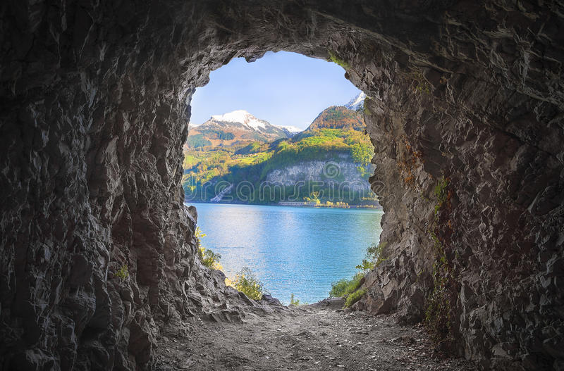 Σπηλιά βουνών με μια ζωηρόχρωμη άποψη στοκ εικόνες