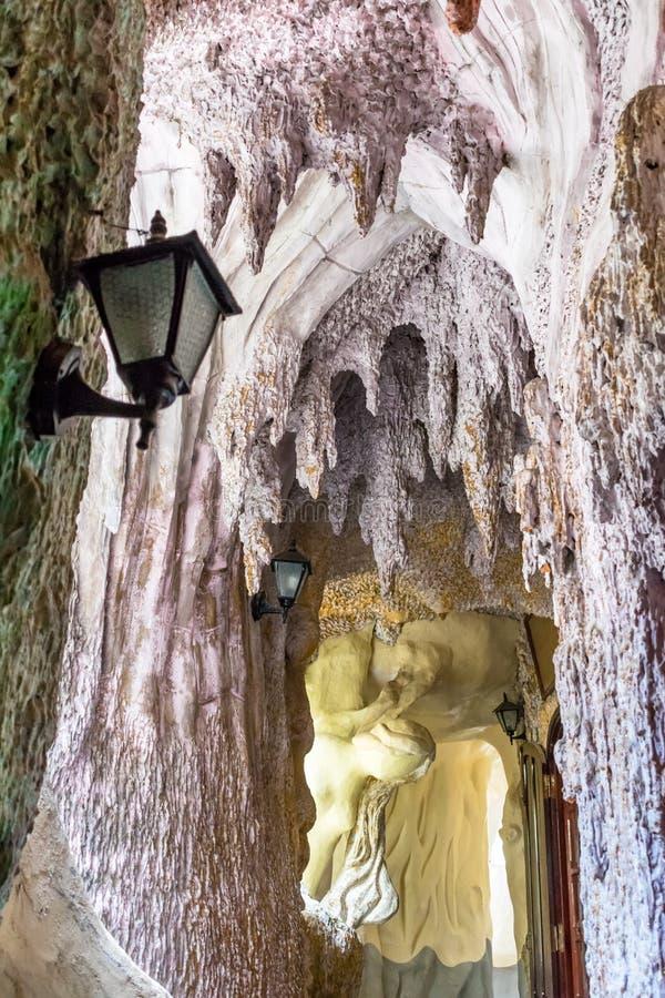 Σπηλιά με τους σταλακτίτες και λαμπτήρας με τη σκιά στοκ εικόνες