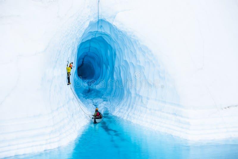 Σπηλιά πάγου παγετώνων που αναρριχείται με ένα κανό στοκ εικόνα με δικαίωμα ελεύθερης χρήσης