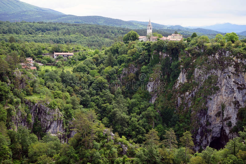 Σπηλιά και εκκλησία στοκ εικόνες