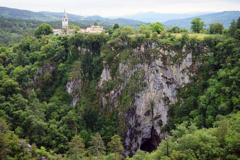 Σπηλιά και εκκλησία στοκ εικόνα με δικαίωμα ελεύθερης χρήσης
