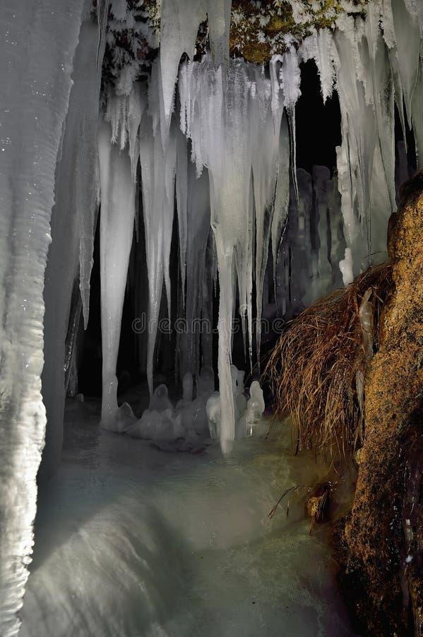 Σπηλιά και παγάκια στοκ εικόνες με δικαίωμα ελεύθερης χρήσης
