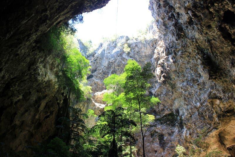 Σπηλιά με την τρύπα στοκ εικόνες με δικαίωμα ελεύθερης χρήσης