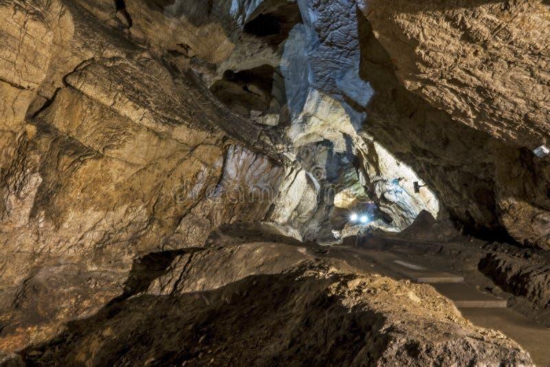 Σπηλιές και σχηματισμοί σπηλιών στο φαράγγι του ποταμού δίπλα σε Bor στοκ εικόνες