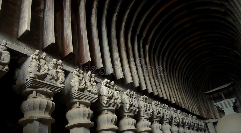 Σπηλιές Chaityagriha, ιερό Sanctorum, αριστεροί στυλοβάτες της Karla στοκ εικόνα