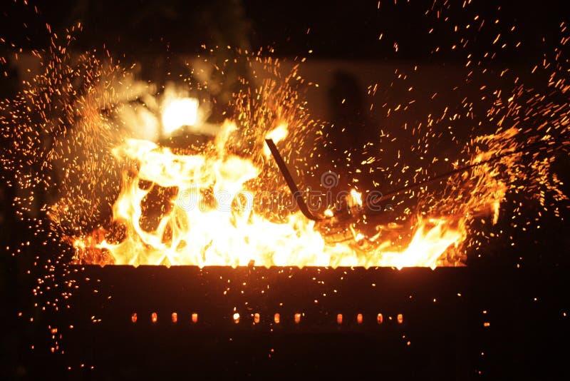 Σπινθήρες από το πόκερ στην πυρκαγιά νύχτας στοκ φωτογραφίες με δικαίωμα ελεύθερης χρήσης