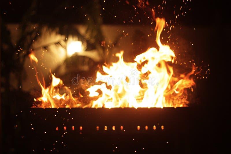 Σπινθήρες από το πόκερ στην πυρκαγιά νύχτας στοκ φωτογραφία με δικαίωμα ελεύθερης χρήσης