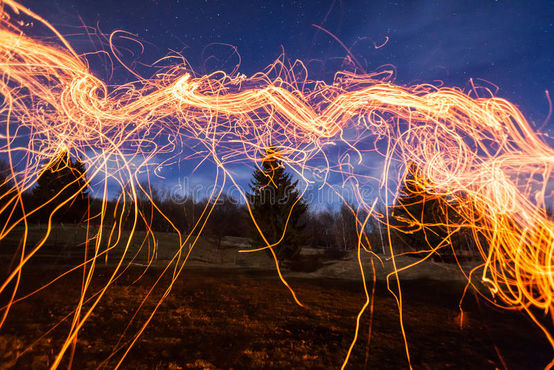 Σπινθηρίσματα πυρκαγιάς στοκ εικόνα με δικαίωμα ελεύθερης χρήσης
