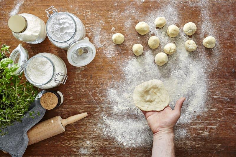 Σπιτικά ζυμαρικά που προετοιμάζουν την ξύλινη σκηνή επιτραπέζιων κουζινών ζύμης στοκ φωτογραφίες