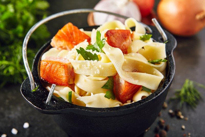 Σπιτικά ιταλικά ζυμαρικά Tagliatelle με την τηγανισμένη λωρίδα σολομών στοκ φωτογραφία