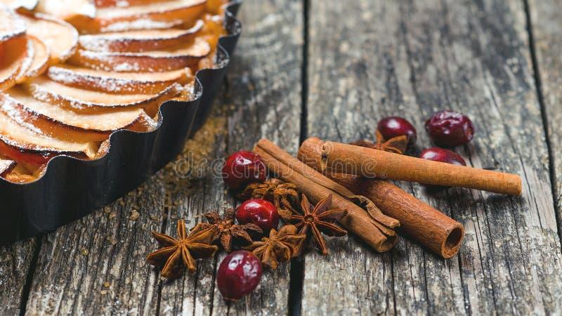 Σπιτικά κέικ και καρύκευμα Χριστουγέννων Πίτα μήλων Χριστουγέννων στον αγροτικό ξύλινο πίνακα Κέικ διακοπών Χριστουγέννων στοκ εικόνες