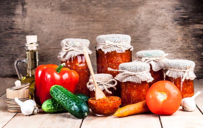 Σπιτικά κονσερβοποιημένα λαχανικά στα βάζα στοκ εικόνες
