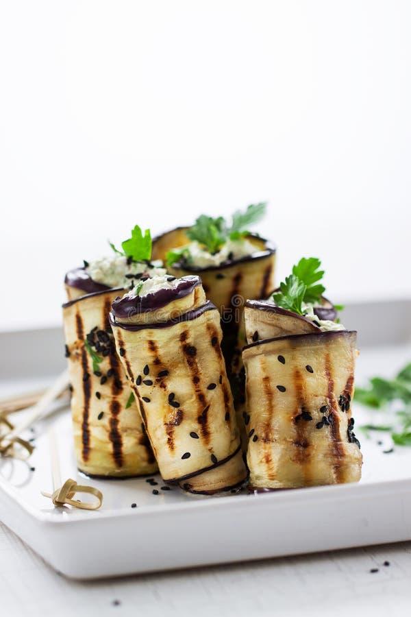 Σπιτικά κυλημένα μελιτζάνα & x28 aubergine& x29  ψημένα στη σχάρα ορεκτικά με το τυρί εξοχικών σπιτιών, τα καρύδια, το μαύρους se στοκ εικόνες