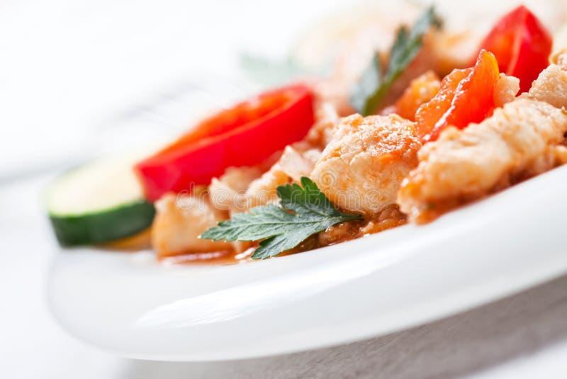 Σπιτικά μαγειρευμένα ψάρια με τα λαχανικά και το ρύζι, κινηματογράφηση σε πρώτο πλάνο στοκ εικόνα με δικαίωμα ελεύθερης χρήσης