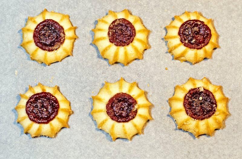 Σπιτικά μπισκότα κουλουρακιών με τη μαρμελάδα στο μαγείρεμα του εγγράφου Υπόβαθρο στοκ εικόνα με δικαίωμα ελεύθερης χρήσης