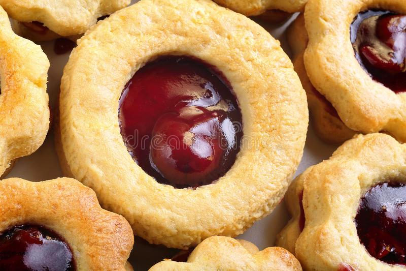 Σπιτικά μπισκότα με τα κεράσια μαρμελάδας στοκ φωτογραφία