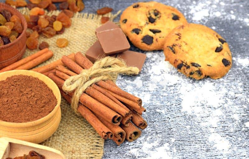 Σπιτικά μπισκότα με crumbs και τα καρυκεύματα σοκολάτας Κινηματογράφηση σε πρώτο πλάνο στοκ εικόνα
