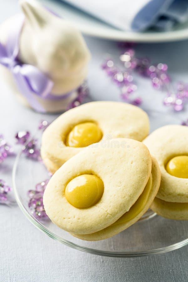 Σπιτικά μπισκότα Πάσχας και αστείο λαγουδάκι Πάσχας στοκ εικόνα με δικαίωμα ελεύθερης χρήσης