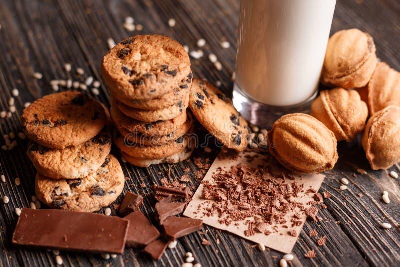 Σπιτικά μπισκότα τσιπ σοκολάτας και μπισκότα με το γλυκό στοκ εικόνες