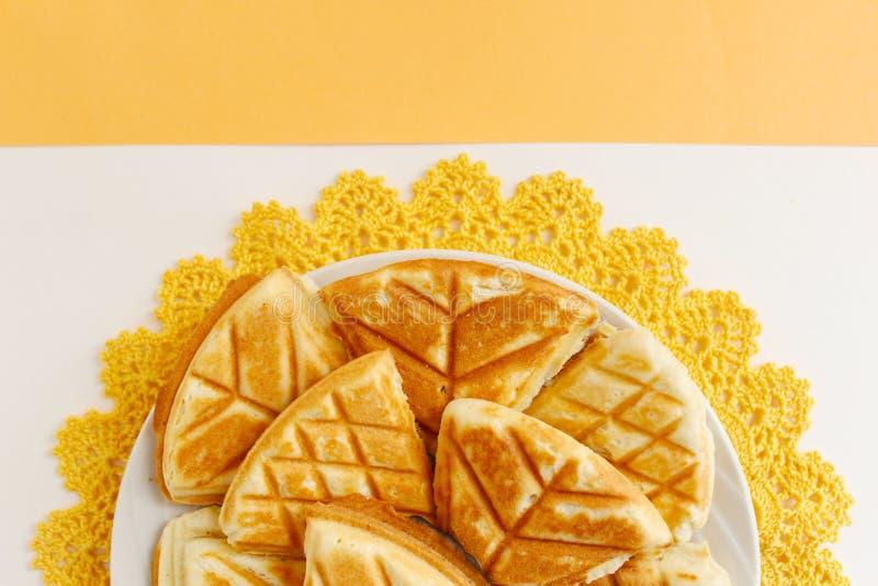 Σπιτικά μπισκότα, χειροποίητα σε μια κίτρινη πλεγμένη πετσέτα στοκ εικόνες