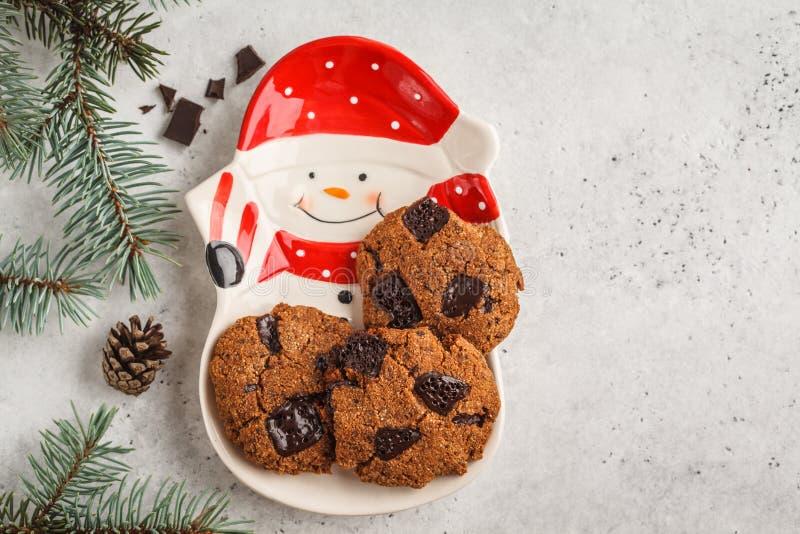 Σπιτικά μπισκότα Χριστουγέννων με τη σοκολάτα, άσπρο υπόβαθρο, κορυφή στοκ φωτογραφίες