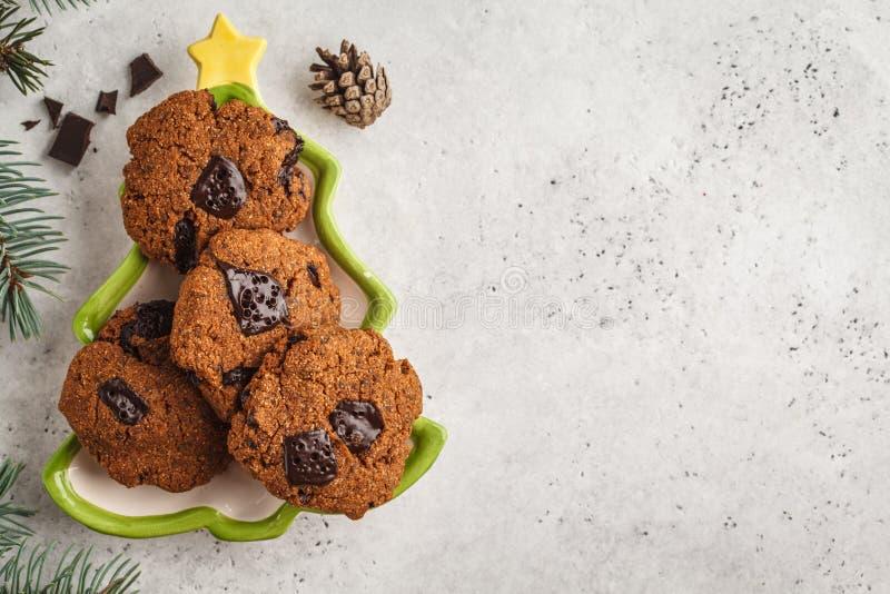 Σπιτικά μπισκότα Χριστουγέννων με τη σοκολάτα, άσπρο υπόβαθρο, κορυφή στοκ εικόνα με δικαίωμα ελεύθερης χρήσης