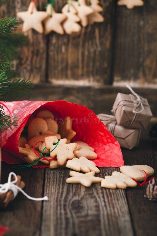Σπιτικά μπισκότα Χριστουγέννων στον αγροτικό πίνακα Προετοιμασίες για τις διακοπές στοκ εικόνες