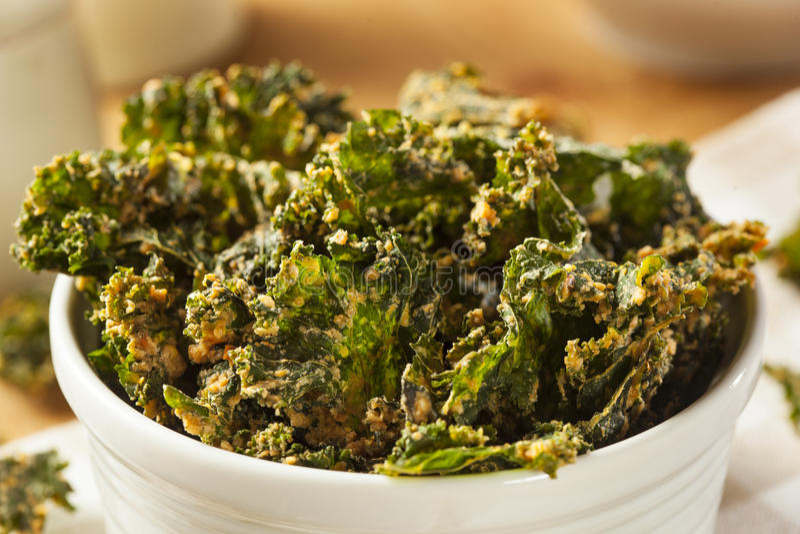 Σπιτικά πράσινα τσιπ του Kale στοκ φωτογραφία με δικαίωμα ελεύθερης χρήσης