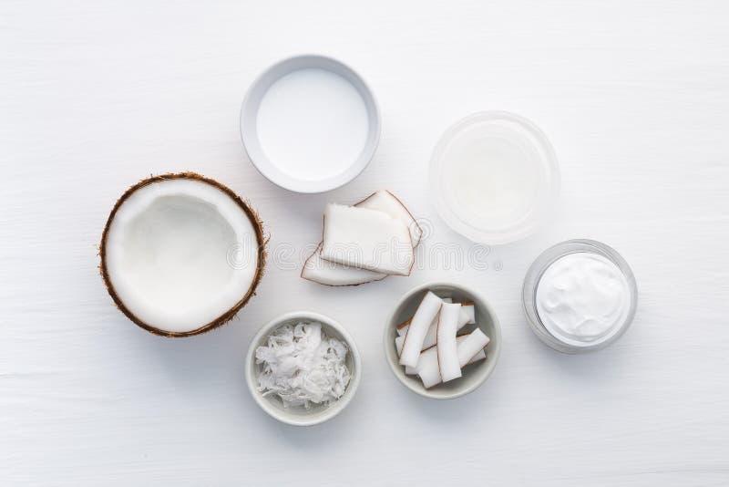 Σπιτικά προϊόντα καρύδων στο άσπρο ξύλινο επιτραπέζιο υπόβαθρο Πετρέλαιο, στοκ εικόνα με δικαίωμα ελεύθερης χρήσης