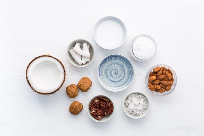 Σπιτικά προϊόντα φροντίδας δέρματος στο άσπρο ξύλινο επιτραπέζιο υπόβαθρο Κοβάλτιο στοκ φωτογραφίες