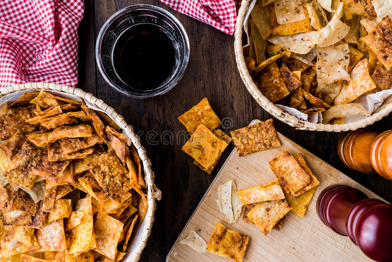 Σπιτικά τριζάτα τσιπ/πρόχειρα φαγητά σε ένα ψάθινο κύπελλο με το ποτό στοκ φωτογραφίες με δικαίωμα ελεύθερης χρήσης