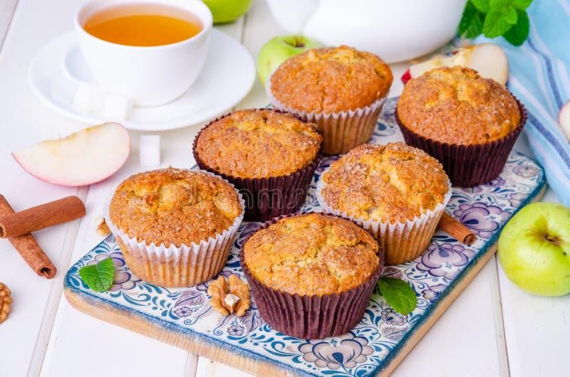 Σπιτικά τριζάτα muffins μήλων με τα ξύλα καρυδιάς και την κανέλα στοκ εικόνες με δικαίωμα ελεύθερης χρήσης