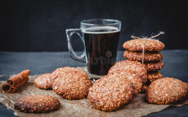 Σπιτικά υγιεινά μπισκότα με κανέλα και γυάλινη κούπα καφέ σε καφέ περγαμηνή Έννοια της υγιεινής διατροφής Αντιγραφή χώρου στοκ εικόνα με δικαίωμα ελεύθερης χρήσης