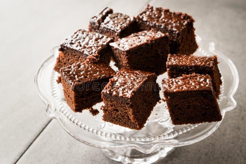 Σπιτικά υγρά Brownie κέικ σφουγγαριών σοκολάτας κομμάτια στην εκλεκτής ποιότητας στάση επιδορπίων γυαλιού στοκ φωτογραφίες με δικαίωμα ελεύθερης χρήσης