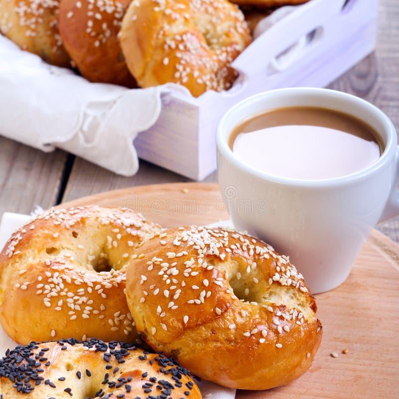 Σπιτικά bagels, και φλιτζάνι του καφέ στοκ εικόνα με δικαίωμα ελεύθερης χρήσης