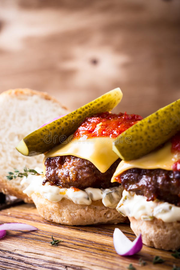 Σπιτικά burgers βόειου κρέατος με τα τουρσιά στοκ φωτογραφία με δικαίωμα ελεύθερης χρήσης