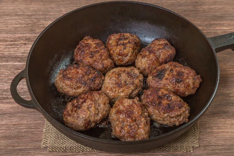 Σπιτικά burgers σε ένα τηγανίζοντας τηγάνι κορυφαία όψη Διάστημα για να παρεμβάλει το κείμενο στοκ φωτογραφία με δικαίωμα ελεύθερης χρήσης