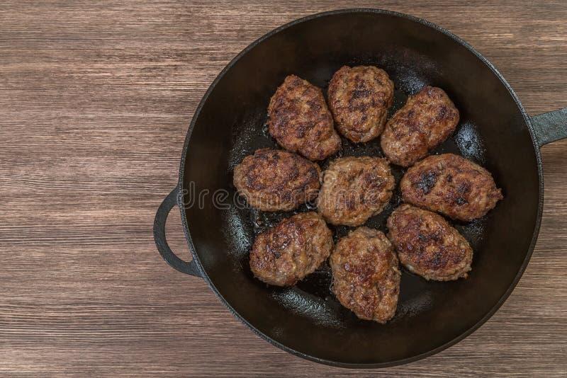 Σπιτικά burgers σε ένα τηγανίζοντας τηγάνι κορυφαία όψη Διάστημα για να παρεμβάλει το κείμενο στοκ φωτογραφίες με δικαίωμα ελεύθερης χρήσης
