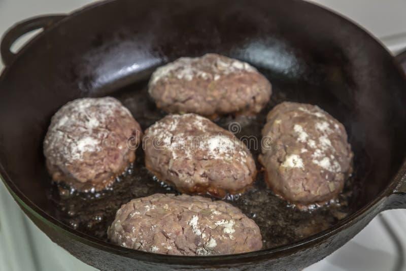 Σπιτικά cutlets του κρέατος κατά τη διάρκεια του μαγειρέματος στο τηγάνι στοκ εικόνες