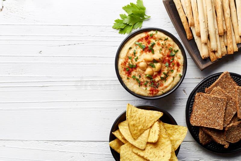 Σπιτικά hummus και πρόχειρα φαγητά στοκ εικόνες