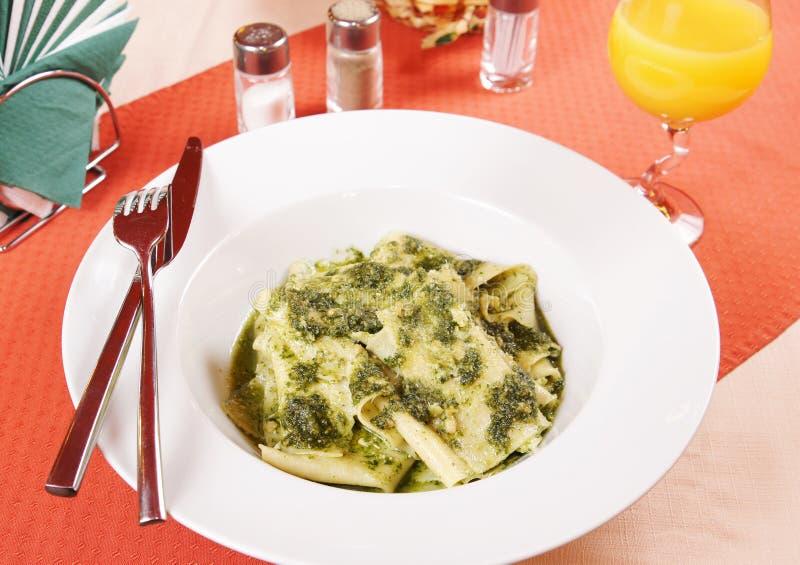 Σπιτικά noodles «μαντίλι για το κεφάλι μεταξιού» και σάλτσα «Pesto» στοκ εικόνα