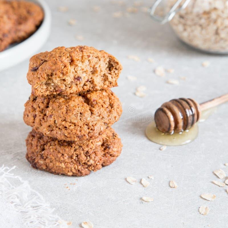 Σπιτικά oatmeal μπισκότα με το μέλι Υγιής έννοια πρόχειρων φαγητών τροφίμων στοκ εικόνα με δικαίωμα ελεύθερης χρήσης