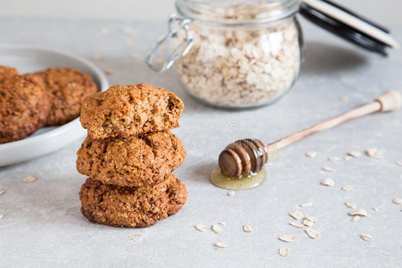 Σπιτικά oatmeal μπισκότα με το μέλι Υγιής έννοια πρόχειρων φαγητών τροφίμων στοκ φωτογραφίες