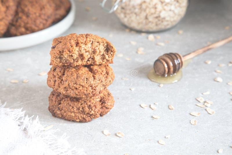 Σπιτικά oatmeal μπισκότα με το μέλι Υγιής έννοια πρόχειρων φαγητών τροφίμων στοκ εικόνες