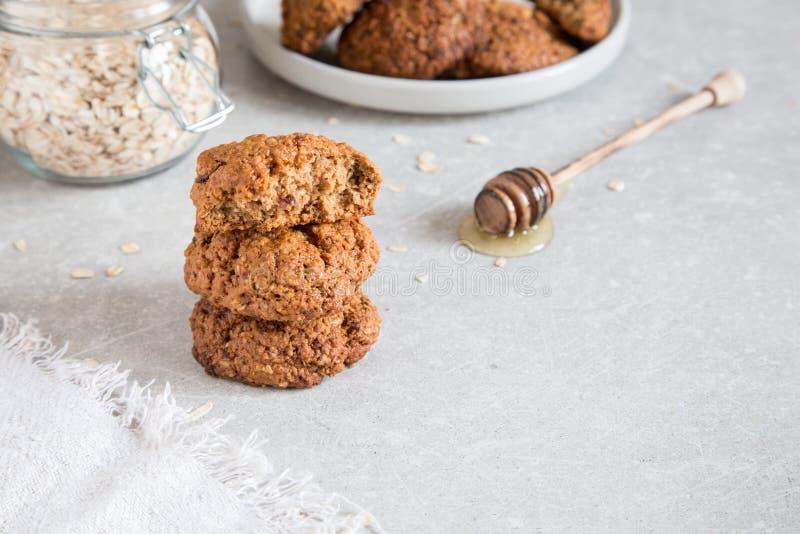 Σπιτικά oatmeal μπισκότα με το μέλι Υγιής έννοια πρόχειρων φαγητών τροφίμων στοκ φωτογραφία