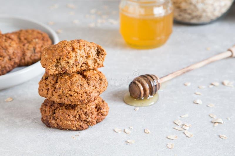 Σπιτικά oatmeal μπισκότα με το μέλι Υγιής έννοια πρόχειρων φαγητών τροφίμων στοκ φωτογραφία με δικαίωμα ελεύθερης χρήσης