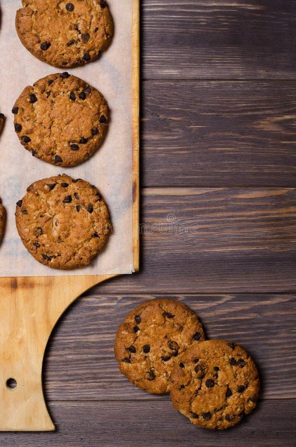 Σπιτικά oatmeal μπισκότα σε έναν ξύλινο τέμνοντα πίνακα Ξύλινο backg στοκ εικόνες