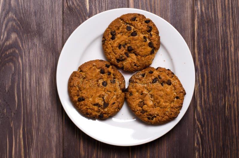 Σπιτικά oatmeal μπισκότα σε ένα άσπρο πιάτο r στοκ εικόνες με δικαίωμα ελεύθερης χρήσης