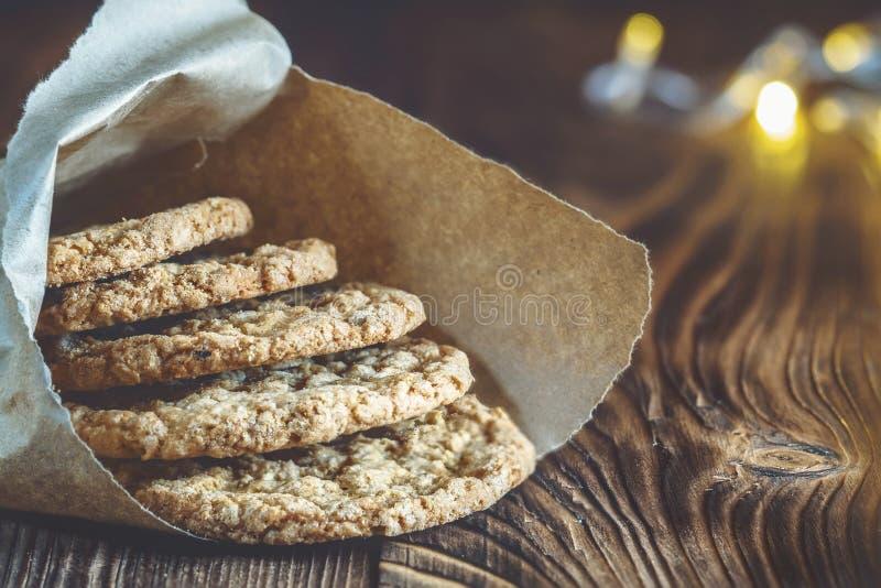 Σπιτικά Oatmeal μπισκότα σε ένα ψήσιμο τσαντών εγγράφου ζύμης στοκ εικόνες με δικαίωμα ελεύθερης χρήσης